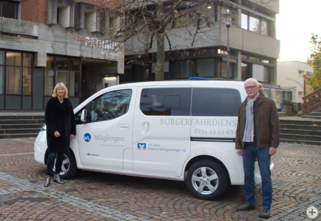 Bürgermeisterin Rebecca Schwaderer und ein Fahrer vom Bürgerfahrdienst beim dem Fahrzeug der Gemeinde