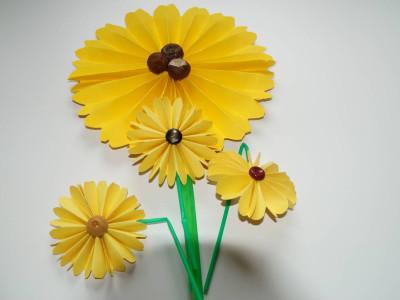 Sonnenblumen Papier mit Kastanien und Knöpfen