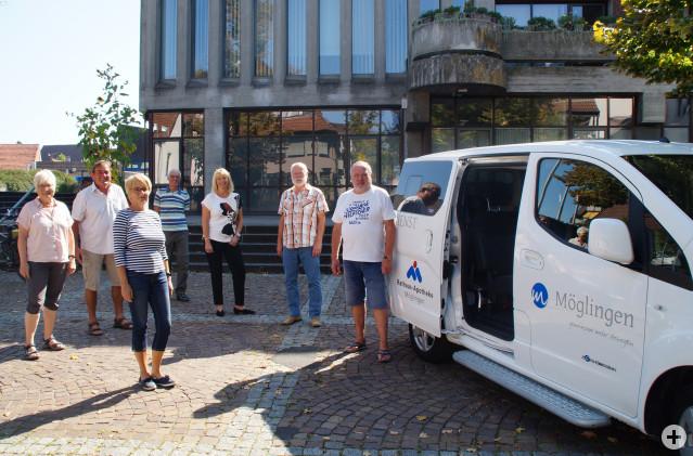 Gruppenfoto mit der Bürgermeisterin, den Fahrern und der Koordinatorin vorm Fahrzeug